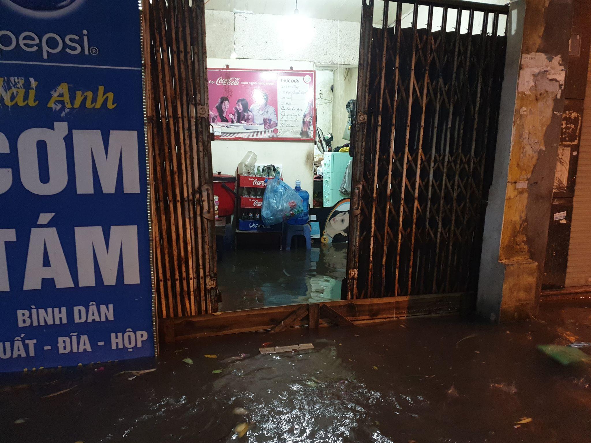 """Phố Hà Nội ngập như sông sau mưa, dân """"bơi"""" về nhà chiều đầu tuần - 4"""
