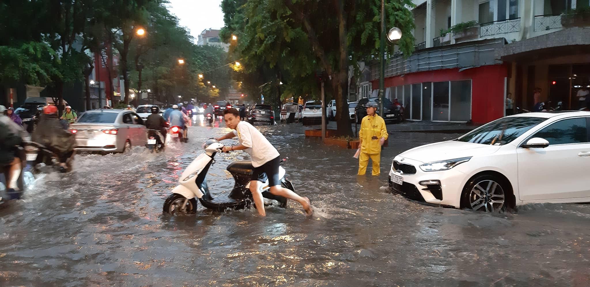 """Phố Hà Nội ngập như sông sau mưa, dân """"bơi"""" về nhà chiều đầu tuần - 7"""