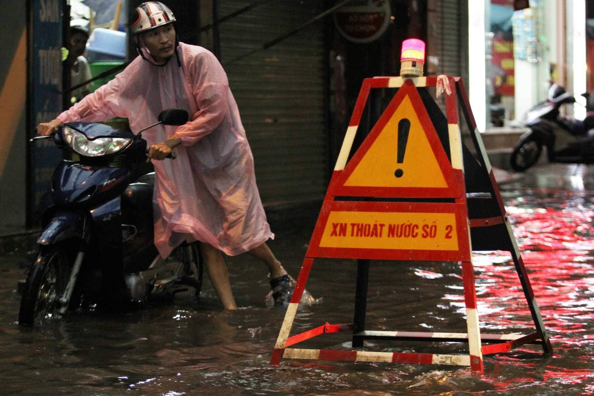 """Phố Hà Nội ngập như sông sau mưa, dân """"bơi"""" về nhà chiều đầu tuần - 8"""