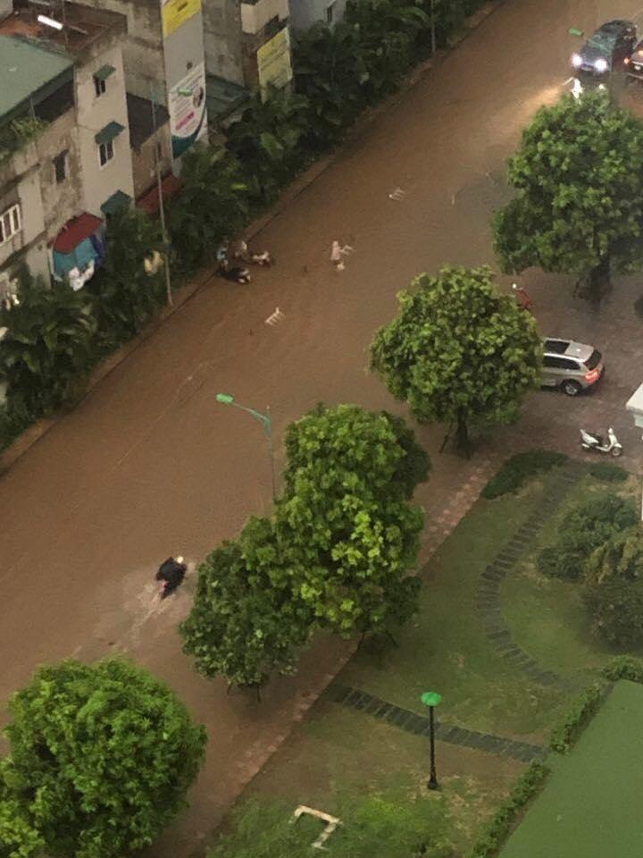 """Phố Hà Nội ngập như sông sau mưa, dân """"bơi"""" về nhà chiều đầu tuần - 6"""