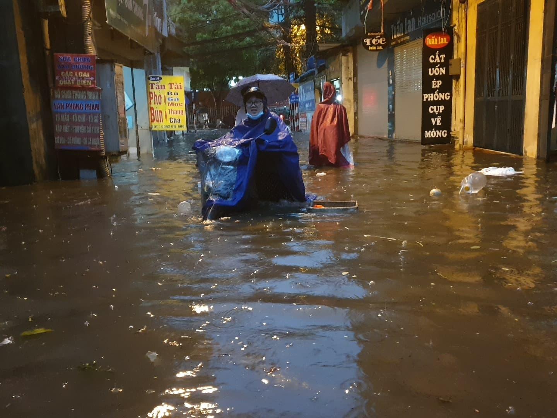 """Phố Hà Nội ngập như sông sau mưa, dân """"bơi"""" về nhà chiều đầu tuần - 3"""