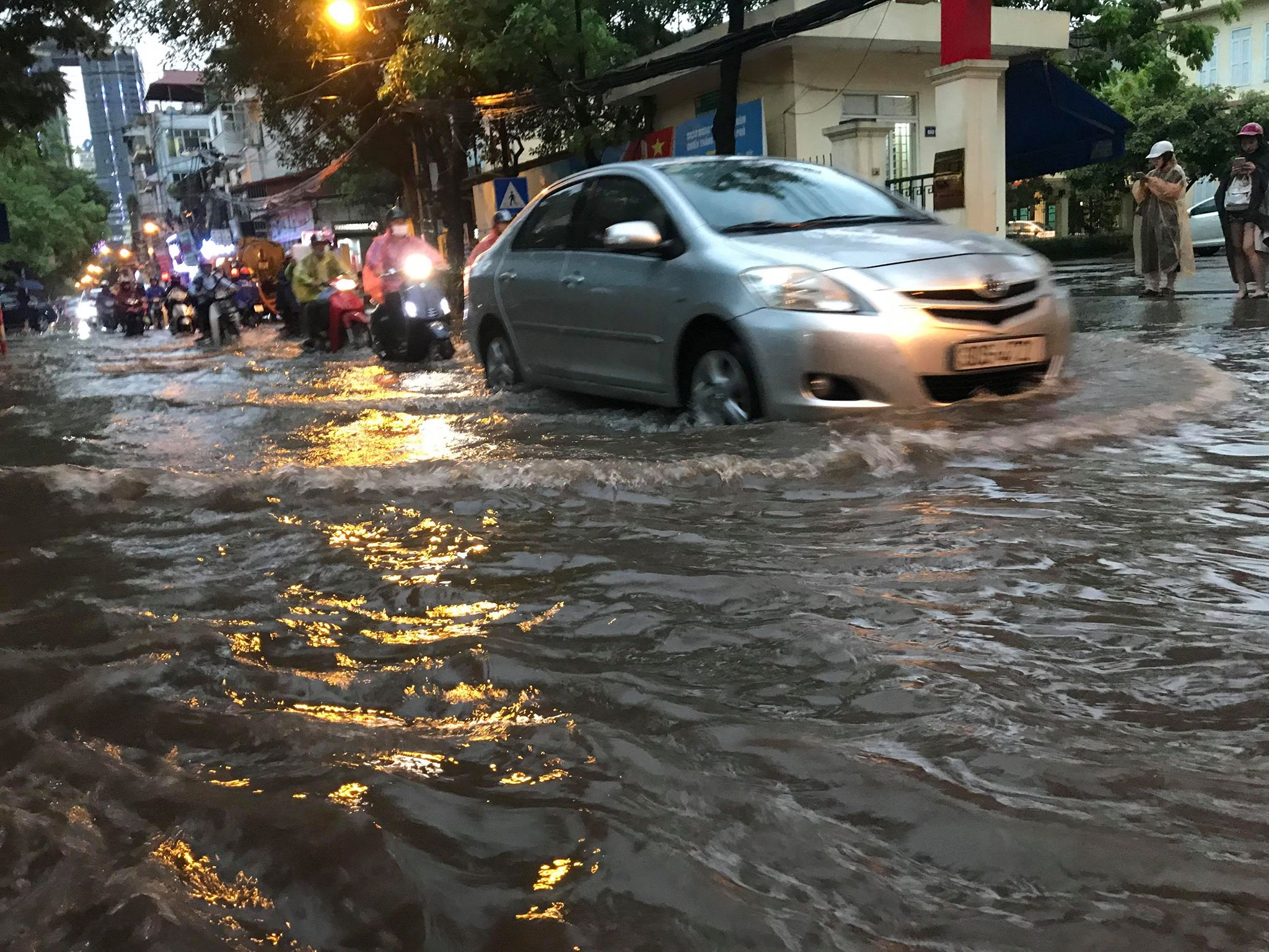 """Phố Hà Nội ngập như sông sau mưa, dân """"bơi"""" về nhà chiều đầu tuần - 10"""