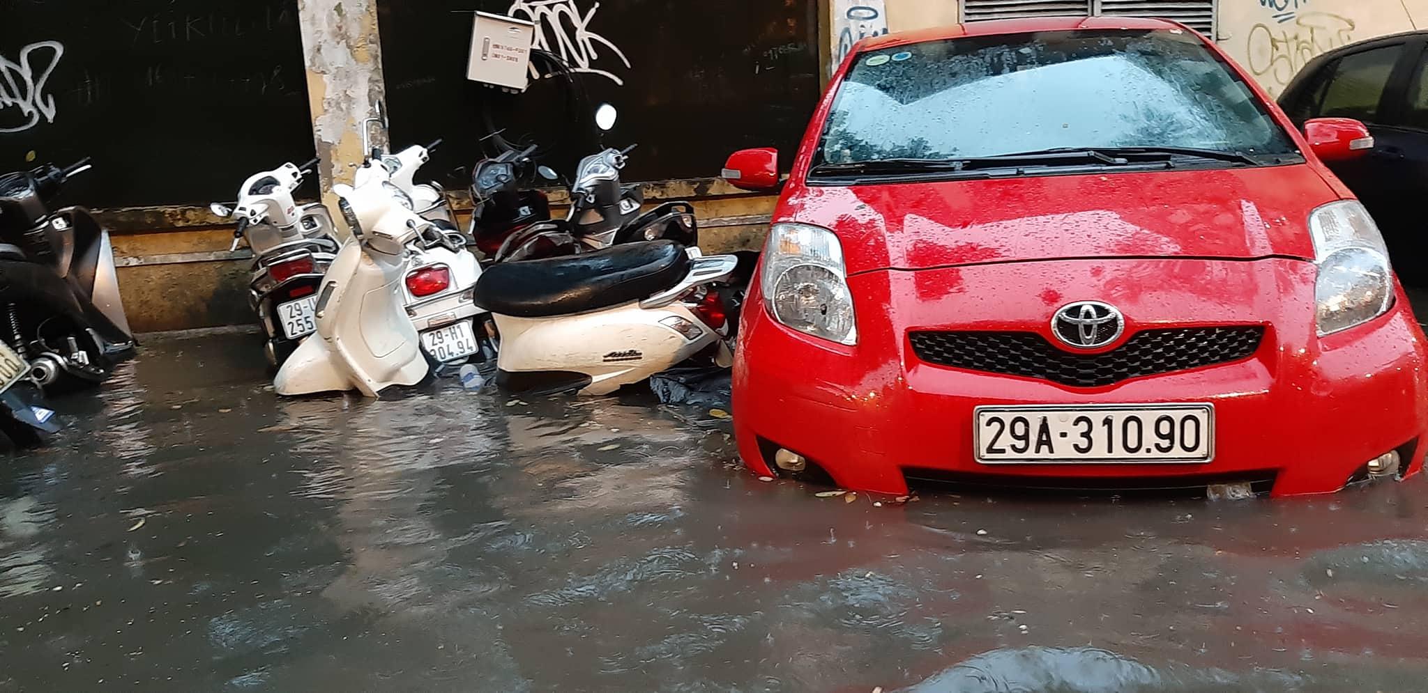 """Phố Hà Nội ngập như sông sau mưa, dân """"bơi"""" về nhà chiều đầu tuần - 9"""