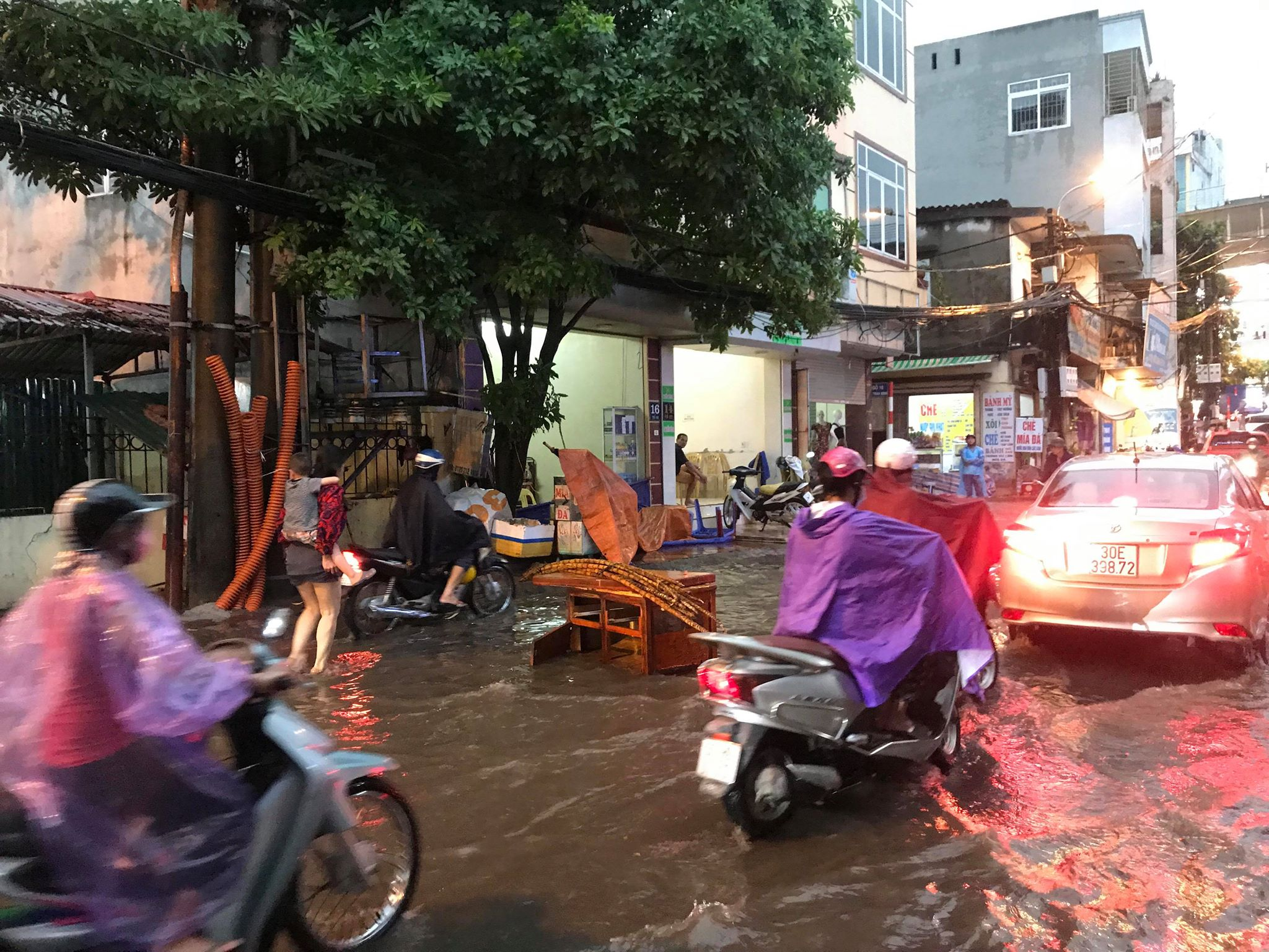 """Phố Hà Nội ngập như sông sau mưa, dân """"bơi"""" về nhà chiều đầu tuần - 11"""