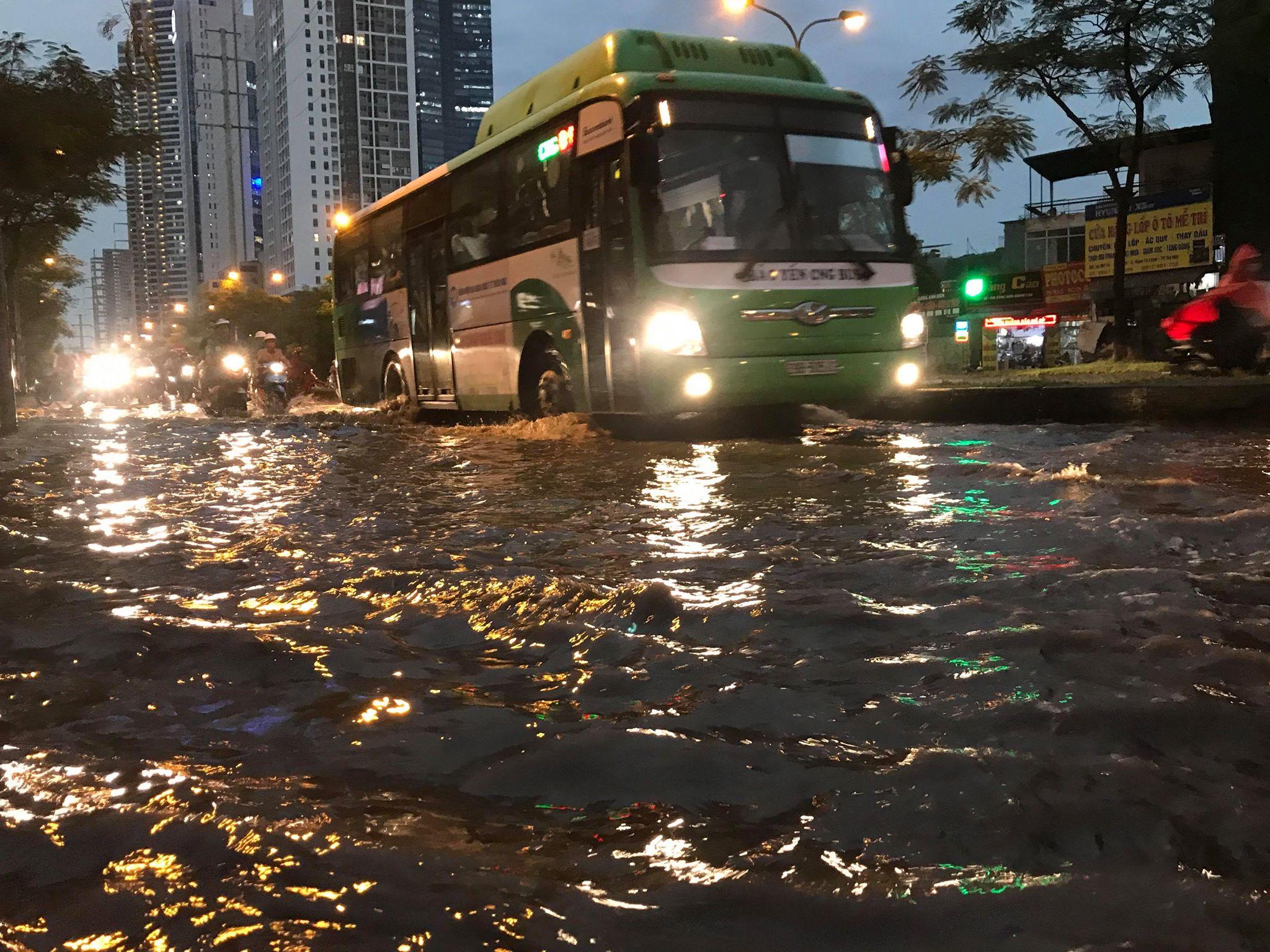 """Phố Hà Nội ngập như sông sau mưa, dân """"bơi"""" về nhà chiều đầu tuần - 12"""