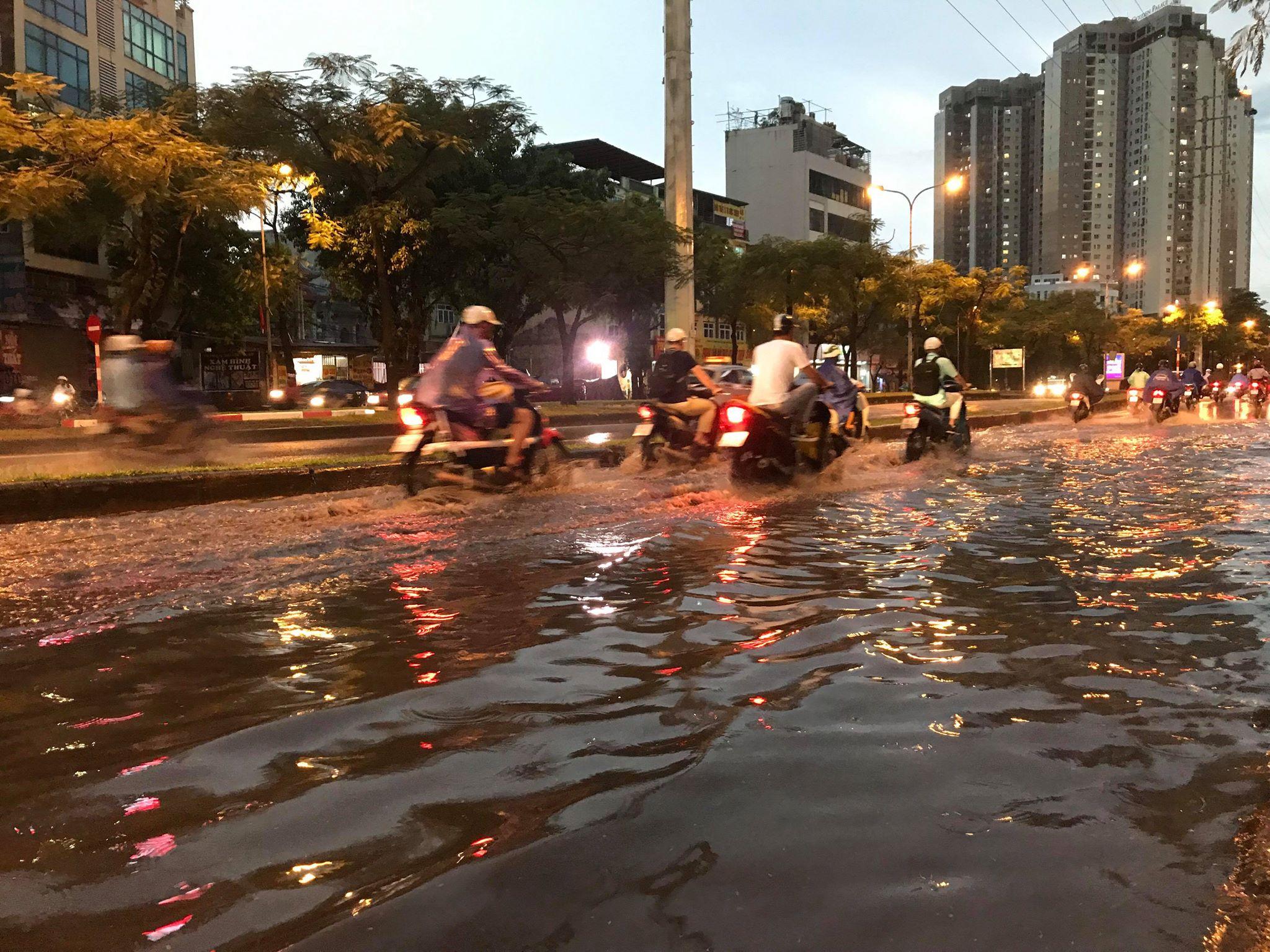"""Phố Hà Nội ngập như sông sau mưa, dân """"bơi"""" về nhà chiều đầu tuần - 13"""
