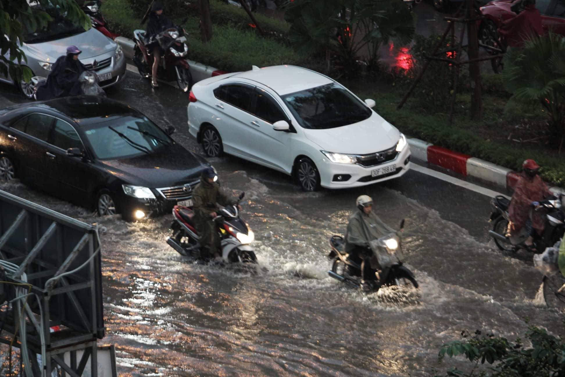 """Phố Hà Nội ngập như sông sau mưa, dân """"bơi"""" về nhà chiều đầu tuần - 14"""