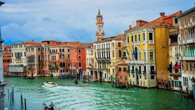 Sửng sốt trước vẻ đẹp của thành phố quanh năm chìm trong biển nước
