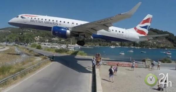 Video: Du khách thoải mái chụp tự sướng khi máy bay đang đáp xuống ngay trên đầu