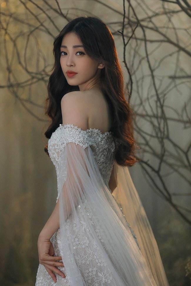 Tiểu Vy đẹp tựa nữ thần với váy cưới corset cúp ngực - 3
