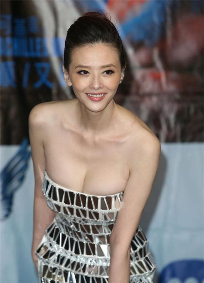 Nữ diễn viên cho biết cô thường xuyên bị chồng trẻ chê bai ngoại hình giànua nên đã đổ nhiều tiền vào tân trang nhan sắc.