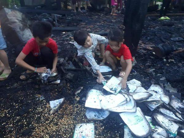 Cháy nhà khi bố mẹ đi chữa bệnh, 3 đứa trẻ bới đống tro tàn tìm sách vở - 2