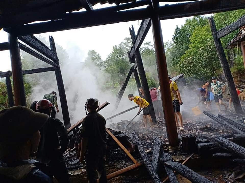 Cháy nhà khi bố mẹ đi chữa bệnh, 3 đứa trẻ bới đống tro tàn tìm sách vở - 1