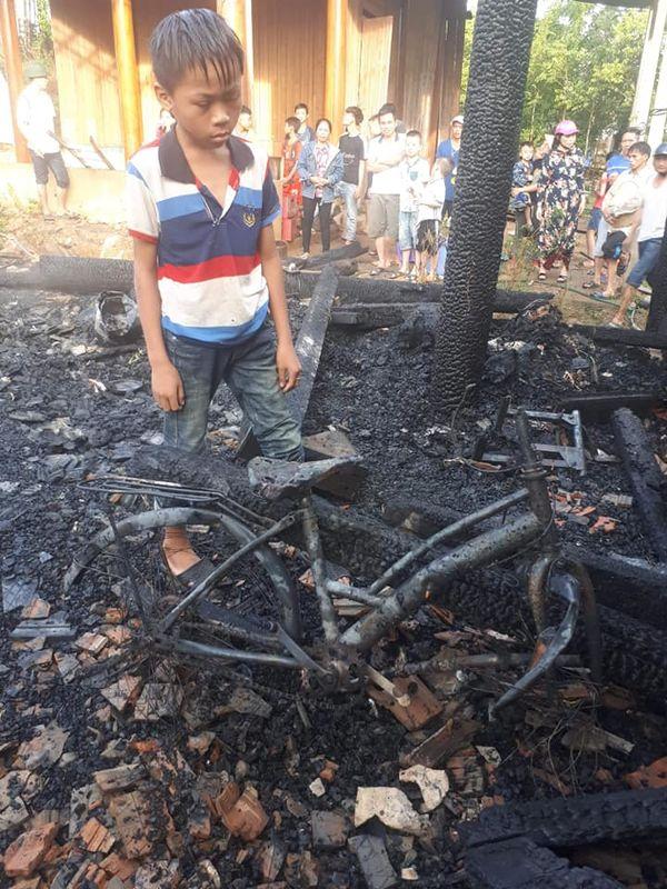 Cháy nhà khi bố mẹ đi chữa bệnh, 3 đứa trẻ bới đống tro tàn tìm sách vở - 3