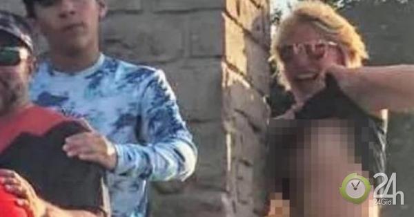 Vén áo lộ ngực phá bức ảnh chụp gia đình, cô gái lạ bị tố cáo với cảnh sát