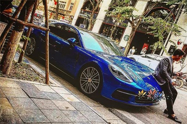 Bên cạnh niềm đam mê với đồng hồ, Bảo Hưng còn sở hữu nhiều mẫu xe đắt tiền như Mercedes-Maybach, xe siêu sang RollS-Royce... Trong ảnh là chiếc Porsche Panamera 4S giá chính hãng lên đến 6,98 tỷ.