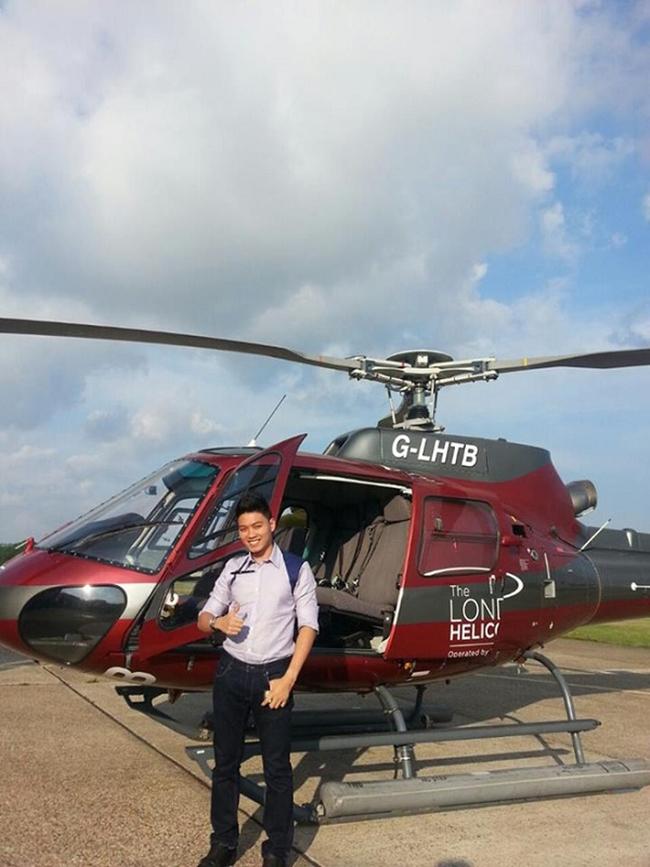 Thiếu gia Hà thành điển trai tạo dáng bên cạnh chiếc máy bay trực thăng trong một chuyến đi du lịch.