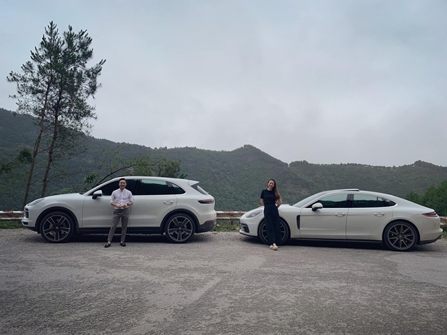 Anh và bạn gái đều sở hữu xế hộp riêng. Đàm Thu Trang cũng có một chiếc xe tông màu trắng đồng điệu với bạn trai.