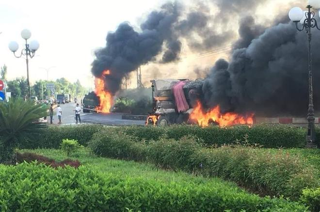 Xe tải va chạm xe bồn chở xăng, 2 tài xế chết cháy trong cabin