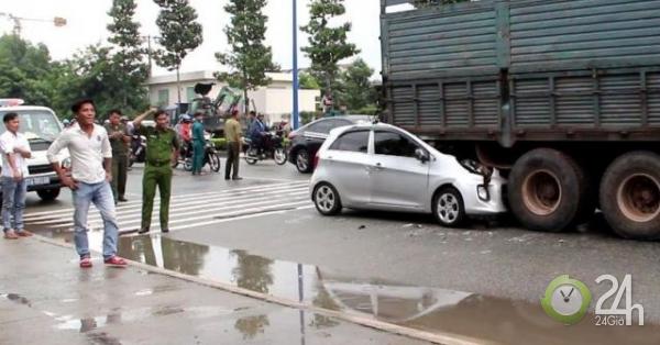 Thấy tài xế tử nạn trong ôtô, nhiều người trèo lên cây, tràn xuống đường để livetream - Tin tức 24h