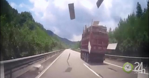 Đang đi trên cao tốc, hoảng hồn vì trúng đòn của xe tải đi trước