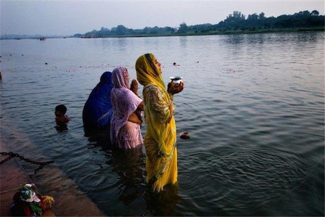 2 con sông có 2 màu trái ngược nhau nhưng cùng chung 1 số phận ở Ấn Độ - 3
