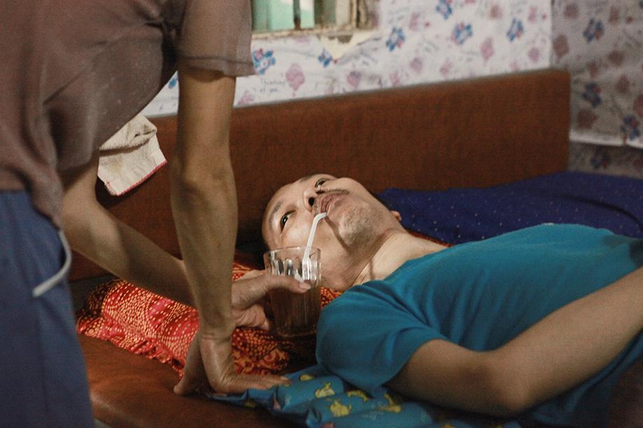 Xúc động người phụ nữ đẹp chăm chồng như chăm em bé suốt 10 năm - 3