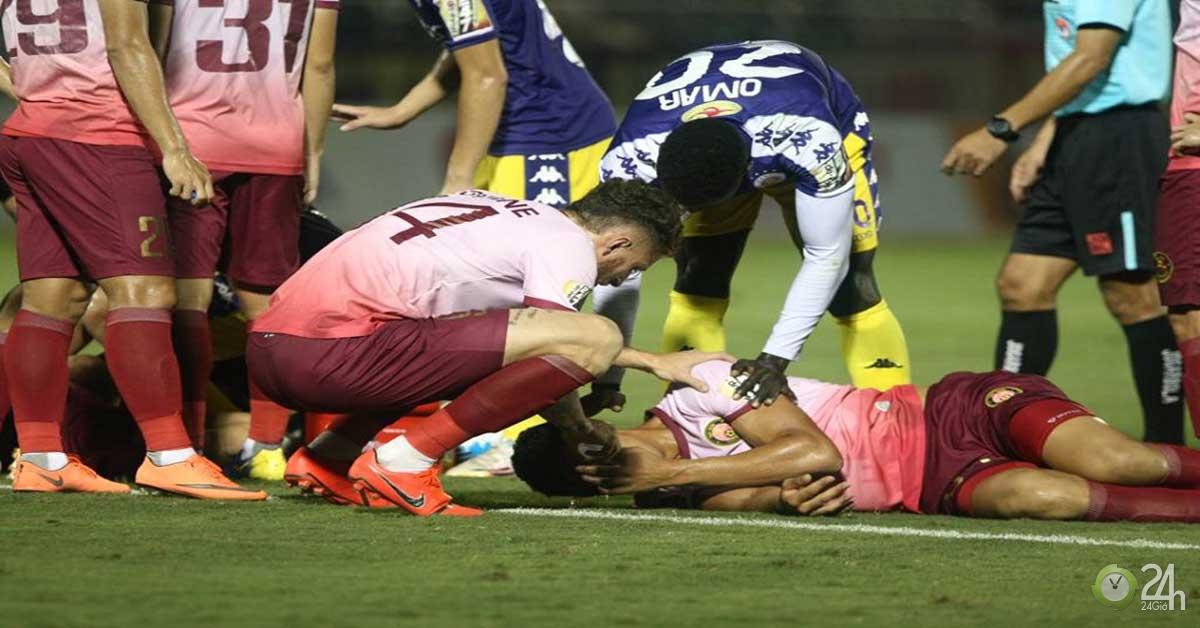 Va chạm cực mạnh: Hậu vệ V-League chấn thương nặng, nhập viện khẩn cấp