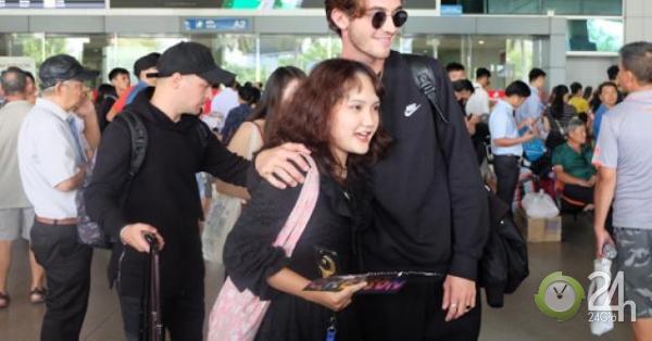 Bí mật đến Việt Nam, thần đồng âm nhạc khiến fan Việt bật khóc tại sân bay