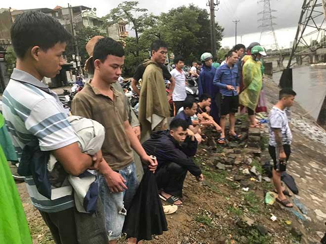 Người dân Hà Nội buông cần, giăng lưới bắt cá sau bão số 3 - 1