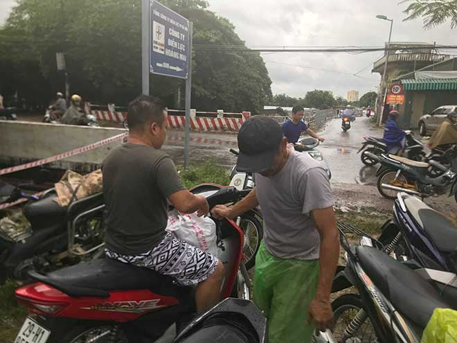 Người dân Hà Nội buông cần, giăng lưới bắt cá sau bão số 3 - 8