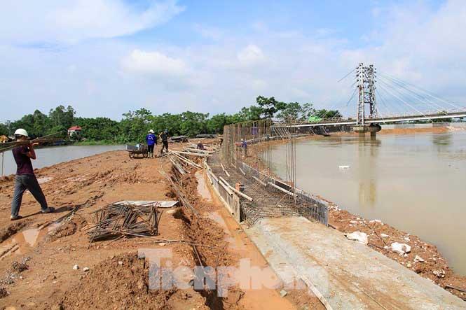 Cận cảnh đê bê tông đang gấp rút hoàn thành để ngăn lụt cho Hà Nội - 10