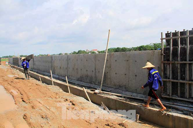 Cận cảnh đê bê tông đang gấp rút hoàn thành để ngăn lụt cho Hà Nội - 12