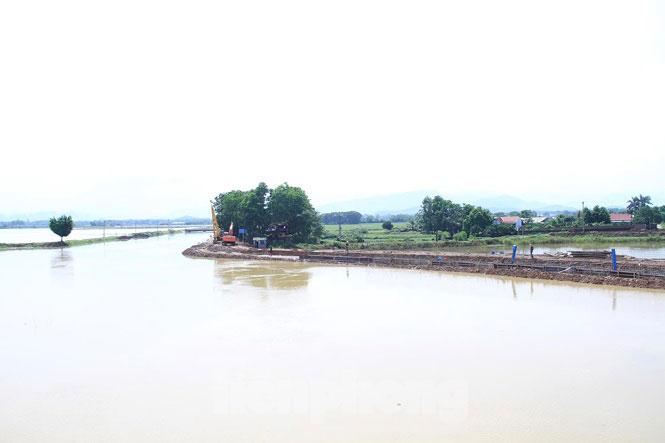 Cận cảnh đê bê tông đang gấp rút hoàn thành để ngăn lụt cho Hà Nội - 2