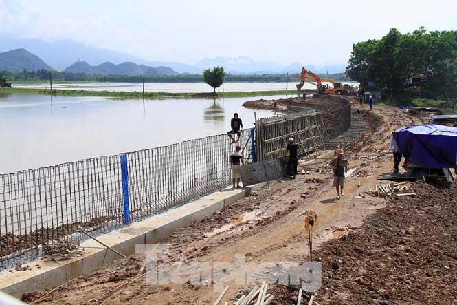 Cận cảnh đê bê tông đang gấp rút hoàn thành để ngăn lụt cho Hà Nội - 3