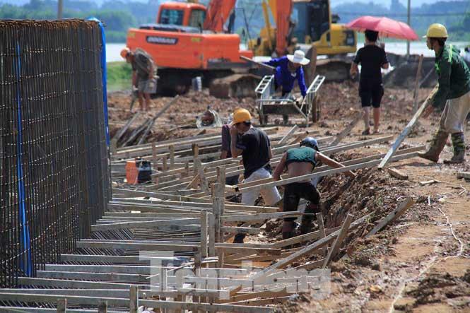 Cận cảnh đê bê tông đang gấp rút hoàn thành để ngăn lụt cho Hà Nội - 5
