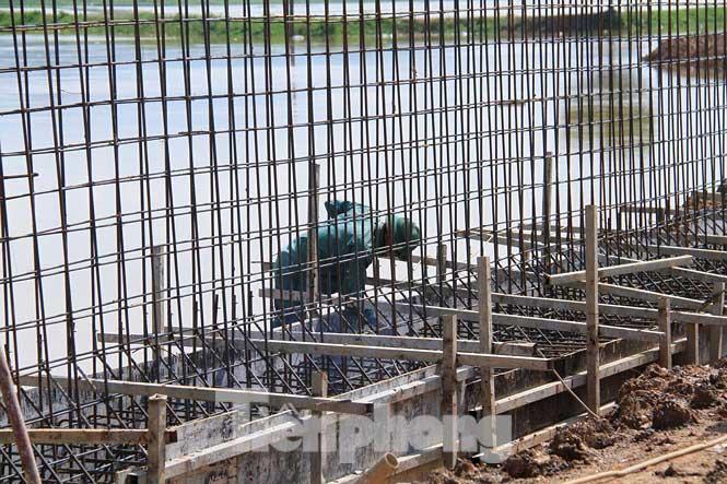Cận cảnh đê bê tông đang gấp rút hoàn thành để ngăn lụt cho Hà Nội - 6