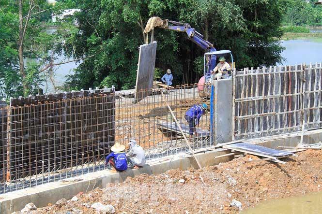 Cận cảnh đê bê tông đang gấp rút hoàn thành để ngăn lụt cho Hà Nội - 8