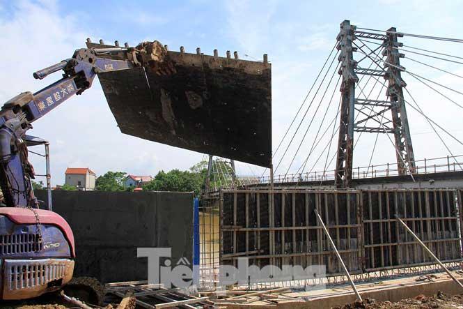 Cận cảnh đê bê tông đang gấp rút hoàn thành để ngăn lụt cho Hà Nội - 9