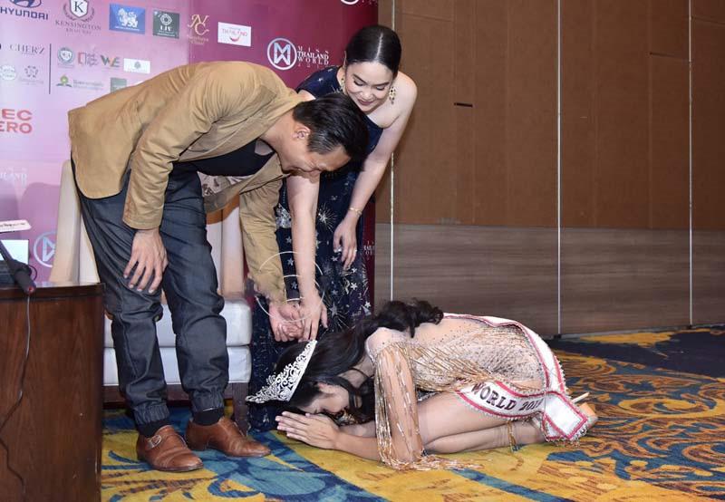 """""""Đối thủ"""" của Lương Thùy Linh bất ngờ quỳ lạy trong ngày đăng quang Miss World Thái - 2"""