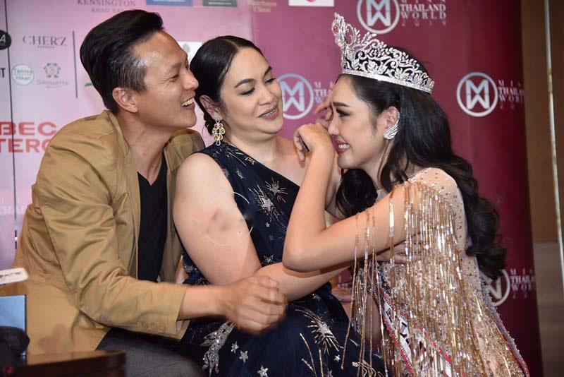 """""""Đối thủ"""" của Lương Thùy Linh bất ngờ quỳ lạy trong ngày đăng quang Miss World Thái - 3"""