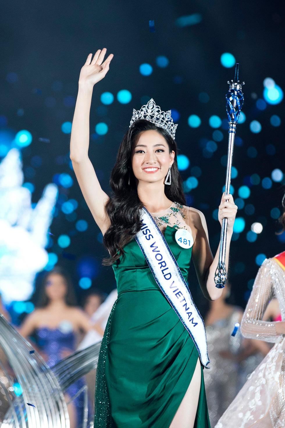 """""""Đối thủ"""" của Lương Thùy Linh bất ngờ quỳ lạy trong ngày đăng quang Miss World Thái - 7"""