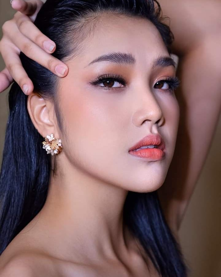 """""""Đối thủ"""" của Lương Thùy Linh bất ngờ quỳ lạy trong ngày đăng quang Miss World Thái - 6"""