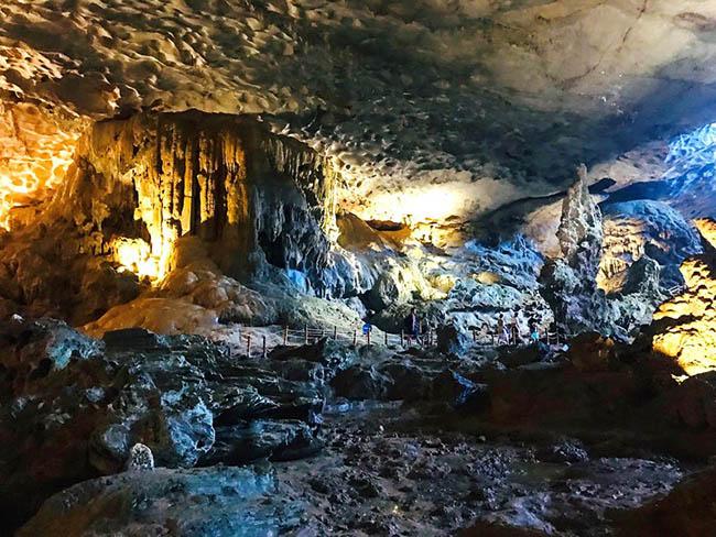 Cận cảnh hang động làm du khách 'sửng sốt' khi đến Hạ Long - 10