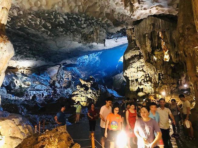 Cận cảnh hang động làm du khách 'sửng sốt' khi đến Hạ Long - 11