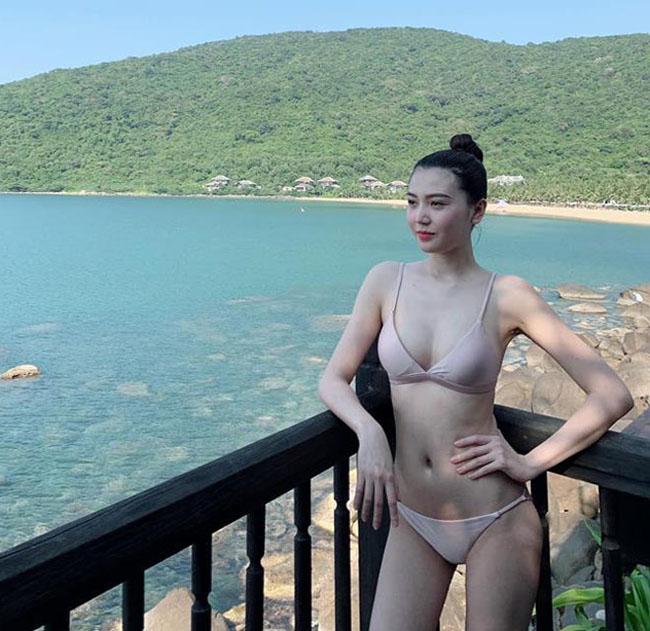"""Thậm chí, người đẹp thừa nhận, cô thích mặc bikini 2 mảnh. Lý do là: """"Tôi mặc đồ 2 mảnh đẹp hơn 1 mảnh. Tôi cảm giác mặc 1 mảnhbị che hết vòng eo, không đẹp.Trong khi eo của tôi nhỏ nên mặc 2 mảnh rất ổn."""""""