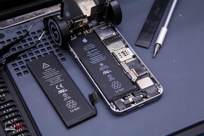 Apple lại khiến người dùng khó chịu với chiêu trò ép thay pin iPhone chính hãng - 1