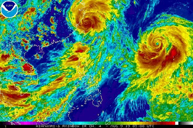 Choáng với hình ảnh 2 mắt bão khổng lồ ngoài Thái Bình Dương nhìn từ vệ tinh