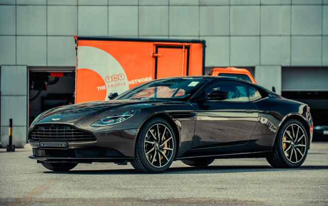Aston Martin DB11 màu độc chính thức về tay người chơi xe Việt Nam - 1