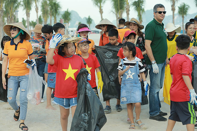 More than 300 volunteers participated in picking up rubbish on Bai Chay Beach - 4